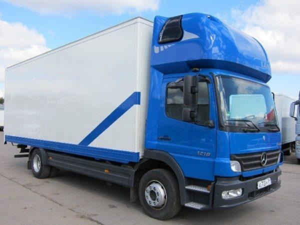 бело-синий грузовик цельнометалический